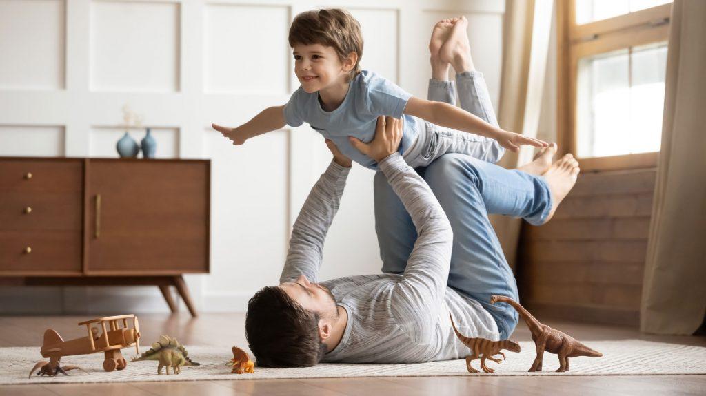 enfant qui joue avec son père dans un appartement neuf
